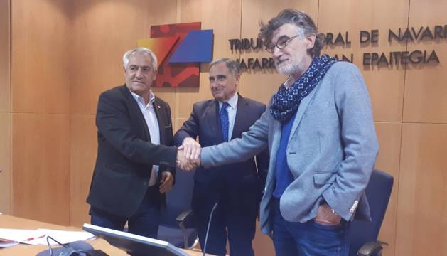 foto de Jesús Santos, secretario general de UGT Navarra; José Antonio Sarría, presidente de CEN; y Chechu Rodríguez, secretario general de CCOO Navarra.