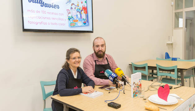 La autora del libro, Ángela Arregui 'Lita', junto al coordinador de Villa Javier, David Crespo.