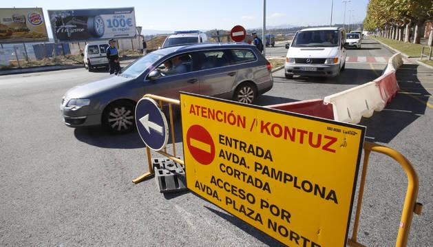 Señalización colocada el miércoles, ante el cierre de un tramo de la avenida de Pamplona.