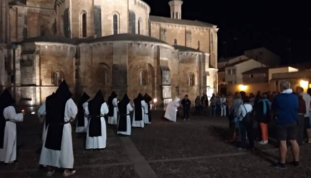 Turistas en una de las visitas nocturnas teatralizadas al Fitero Cisterciense que realizó la Asociación Cultural Atalaya el pasado puente del Pilar.