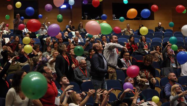 El público intercambió durante la conferencia las actividades que les hacen felices escondidas en globos de colores.