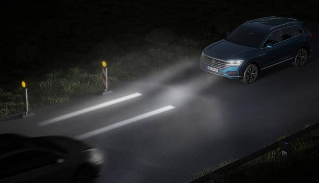 Los nuevos sistemas de alumbrado ayudarán a elevar los estándares de seguridad , según Volkswagen, que acaba de presentar los faros que proyectan información sobre la carretera.