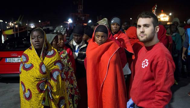 Varios de los inmigrantes rescatados por Salvamento Marítimo cuando navegaban en dos pateras cerca de la isla de Alborán.