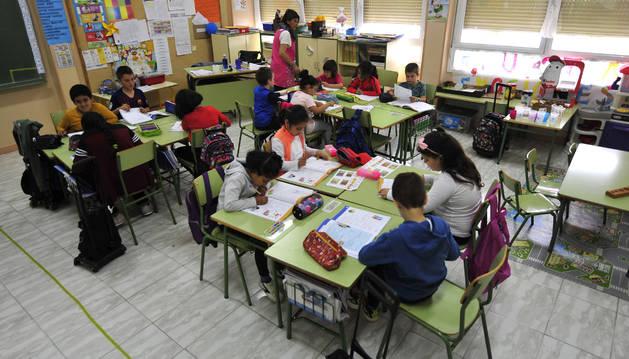 Los alumnos del colegio público de Berbinzana, atentos a sus ejercicios.