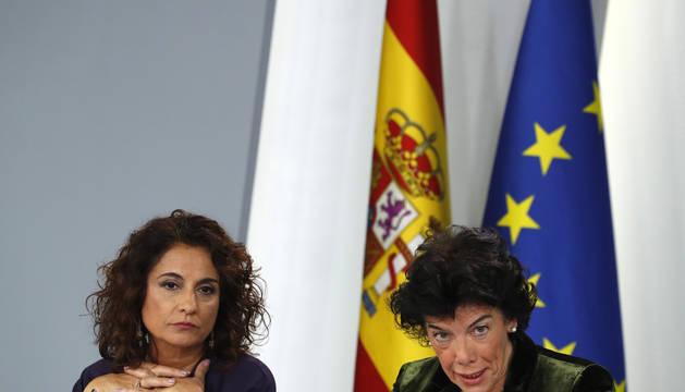 La portavoz del Gobierno, Isabel Celaá y la ministra de Hacienda, Maria Jesús Montero.