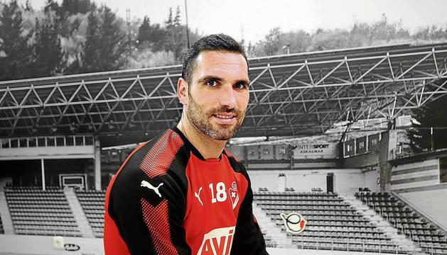 Anaitz Arbilla posa ante una imagen de la tribuna central del estadio de Ipurua de Eibar.