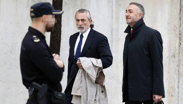 El presunto cabecilla de la trama Gürtel, Francisco Correa (centro), a su llegada el pasado sábado a la Audiencia Nacional.