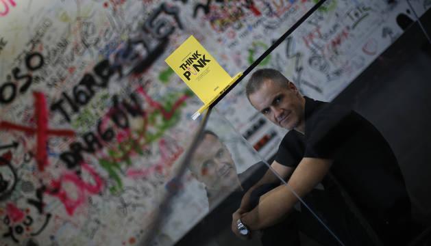 Ezequiel Barricart, en las oficinas de You Media, con su libro Think punk y frente a una pared emborronada de grafitis.