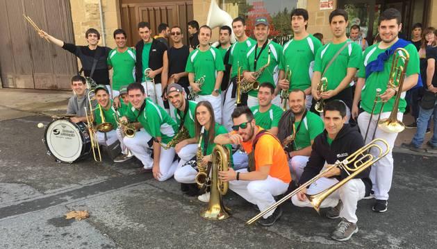 Los intérpretes de la charanga Jurramendi, este sábado a su llegada a Allo procedentes de Arróniz.