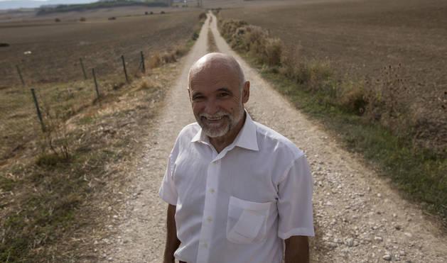 Ángel Berjón, en el cauce del espigado camino situado frente a su casa, en Sagüés.