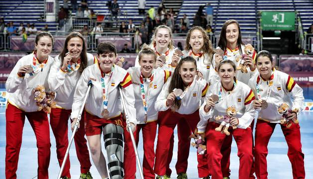 Yarima Miranda, la primera por la izquierda arriba, posa con la selección sub18 y el bronce.