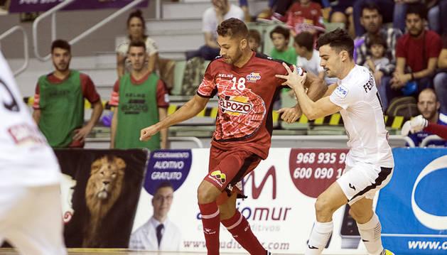 El jugador del Aspil-Vidal Ferrán intenta que el pívot rival Pito se marche con el balón en el Palacio de los Deportes de Murcia.