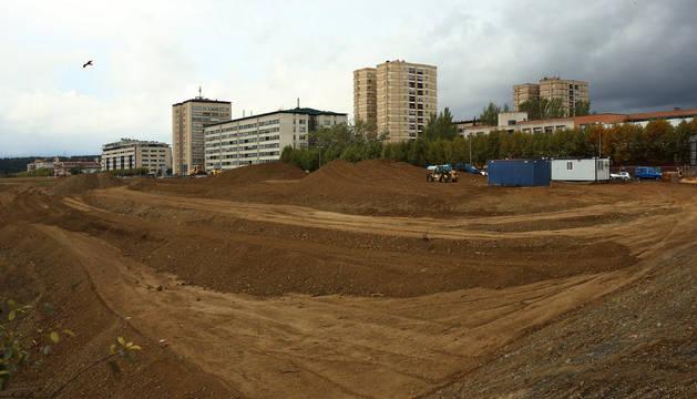 Sobre estos terrenos se construirán las 218 viviendas de Echavacoiz Norte. Los edificios del fondo corresponden a Barañáin.