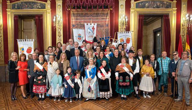 Representantes de las casas regionales con la consejera Ollo, en el Salón del Trono.