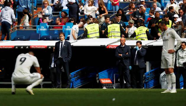 El entrenador del Real Madrid Julen Lopetegui mira abatido a sus jugadores.