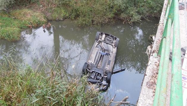 El coche ha caído por un puente al río Arakil.