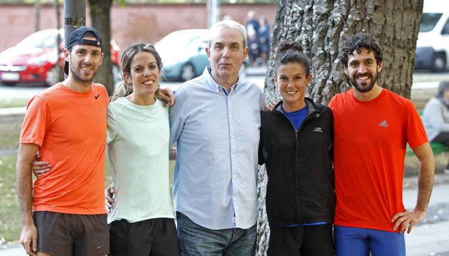CON LOS CUATRO ÚLTIMOS CAMPEONES NAVARROS. Patxi Morentin puede decir que entrena a buena parte de la elite del fondo navarro. Por ejemplo, en la foto tomada en la Vuelta del Castillo, coincidieron Javier Nagore y Maitane Melero (campeones navarros de 10 kilómetros el pasado día 13) junto a Amaia Melero y Ayrton Azcue (campeones de 5 km). Cuando ellas acababan su entrenamiento, ellos lo comenzaban. Morentin supervisaba el trabajo de los dos grupos.