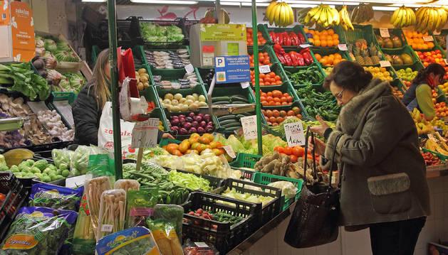 Un puesto de fruta y verdura en el mercado del II Ensanche.