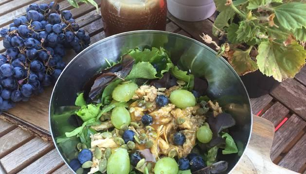 Ensalada con pollo en escabeche, uvas y miel