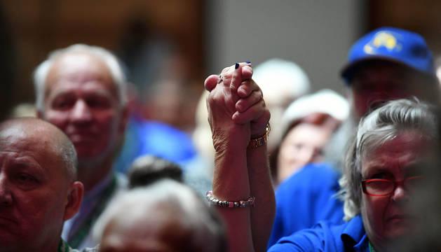 Supervivientes de la pederastia enlazan sus manos durante el discurso del primer ministro australiano Scott Morrison.