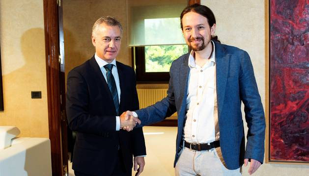 El secretario general de Podemos, Pablo Iglesias, saluda al Lehendakari Iñigo Urkullu, durante el encuentro mantenido este lunes en Lehenedakaritza, Presidencia del Gobierno Vasco.