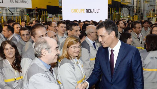Pedro Sánchez (d), saluda a los trabajadores durante la visita a las nuevas instalaciones de las factorías de la multinacional Renault en Valladolid.
