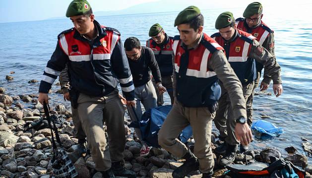 Gendarmes turcos transportan el cuerpo de un refugiado muerto en el mar en una imagen de 2016.