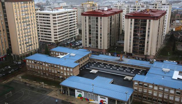 Una vista aérea de Barañáin con el colegio público Número 1 Los Sauces en primer término.