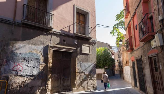 Una vecina camina por la calle Verjas, en pleno Casco Antiguo de la capital ribera.