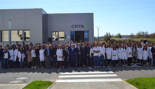 Los 130 trabajadores que forman la plantilla de CNTA junto a Jorge Jordana, parte del Consejo Rector, Manu Ayerdi y Emilio Cigudosa ante el nuevo edificio.