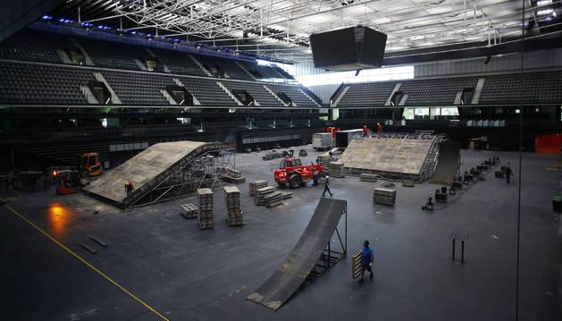 Operarios trabajan desde el pasado lunes en la puesta a punto del Navarra Arena para albergar el próximo sábado el espectáculo Mini Lurauto X Gravity.