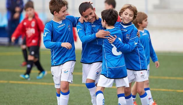 Jugadores del Ardoi de categoría Infantil festejan un gol.