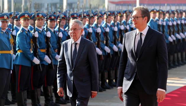 El presidente serbio, Aleksandar Vucic (dcha.), y su homólogo austríaco, Alexander Van der Bellen (izda) en Belgrado, Serbia, durante un encuentro de la semana pasada.
