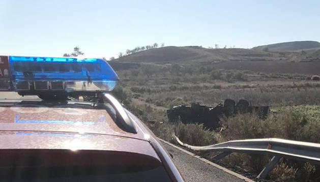 El camión ha volcado en la AP-68 dirección Zaragoza.