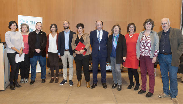 El vicepresidente Ayerdi y las consejeras Solana y Elizalde, junto al resto de participantes.