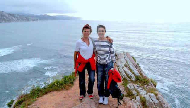 Carmen y Ana en uno de sus viajes.