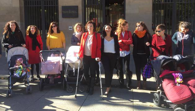 foto de El colectivo de madres navarras que reclama la devolución del IRPF de las prestaciones por maternidad se ha reunido este miércoles con la presidenta Barkos.