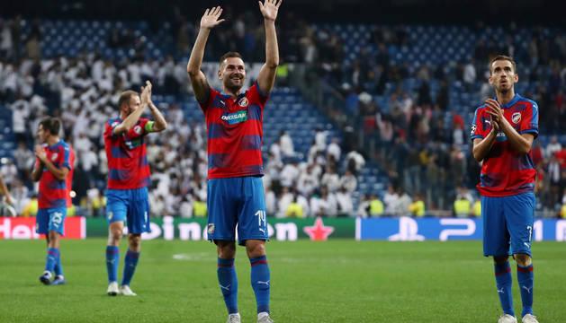 Los jugadores del Viktoria Plzen dieron una vuelta olímpica al Santiago Bernabéu a pesar de la derrota.
