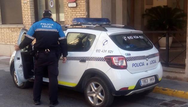 Uno de los agentes ante la entrada del ayuntamiento de Azagra.