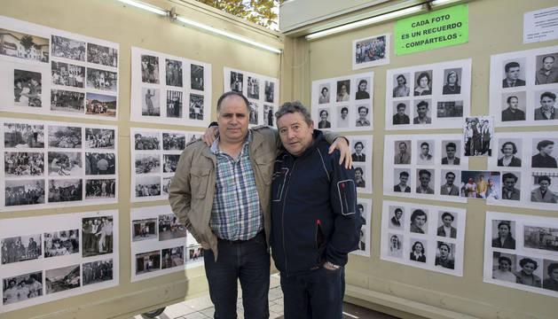 Ángel Mari Armendáriz y Jesús Noáin delante de los paneles donde colocan 125 fotos cada año.