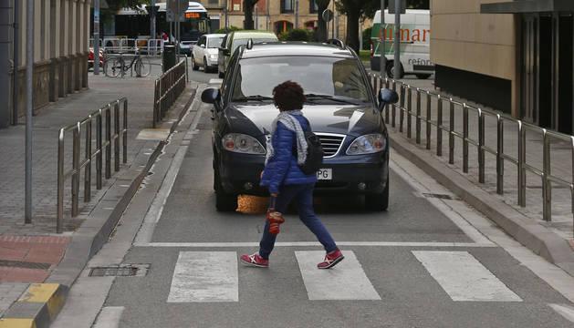 Un peatón cruzando por un paso de cebra por la calle José Alonso.