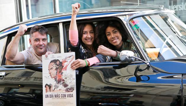 Raúl de la Fuente, Amaia Remírez y una doble de la guerrillera Carlota, este miércoles, en la presentación de la película en Madrid.