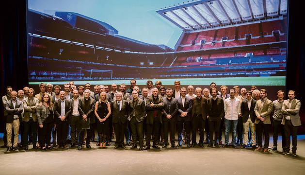Foto de familia de los miembros de los estudios de arquitectura y empresas constructoras que están participando en el concurso.