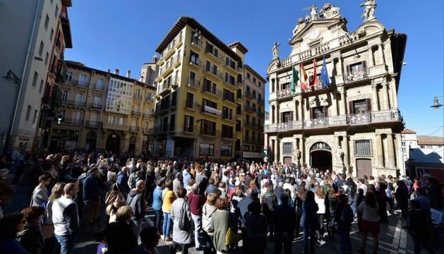 Concentración en la Plaza Consistorial de Pamplona tras la muerte de la mujer en el incendio de la calle Mayor.