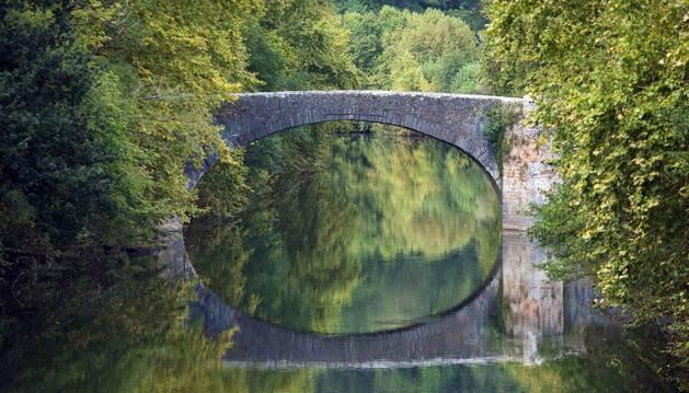 Sobra las aguas del río Bidasoa se refleja la silueta del puente de San Miguel, donde se libró una batalla histórica en la retirada de las tropas napoleónicas.