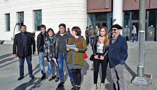 Concentración de representantes de Gaz Kaló y Sos Racismo antes del juicio.