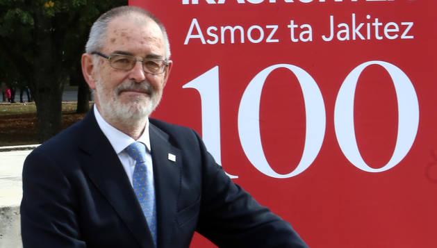 Iñaki Dorronsoro posaba ayer en el patio del Civican, junto a un cartel de Eusko Ikaskuntza.