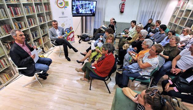 Manuel Vilas en el club de lectura de Diario de Navarra