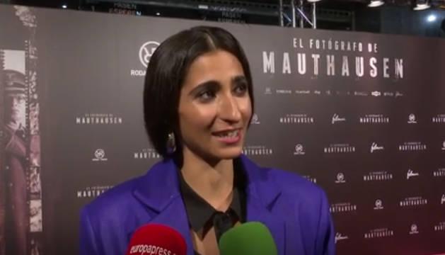 La actriz Alba Flores, con los carteles del estreno de la película 'El fotógrafo de Mauthausen' detrás.