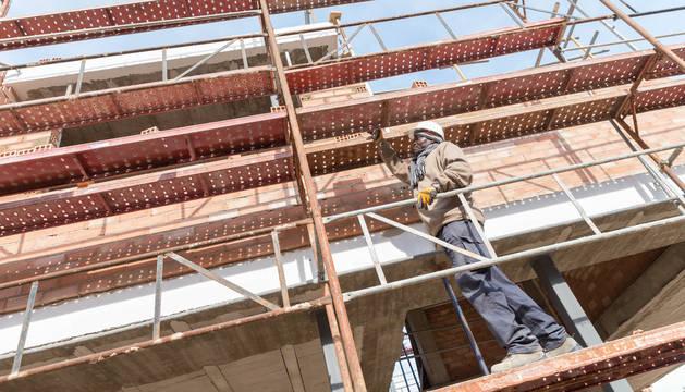 Un operario trabaja en la construcción de una vivienda en la zona del Queiles de Tudela.